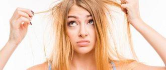 Девушка недовольно рассматривает свои волосы